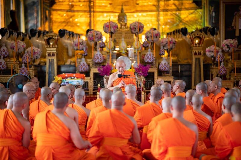 Bangkok, Tailandia - 5 de octubre de 2017: Ceremonia religiosa de los monjes budistas que ruega delante de la imagen de Buda en e imagen de archivo