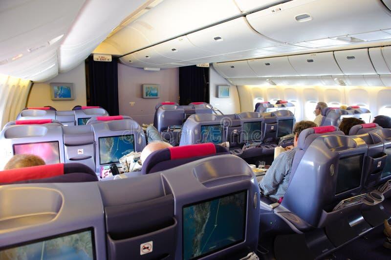 Bangkok, Tailandia - 29 de octubre de 2010: En vuelo de Thai Airways Boeing 777-300 en cabina de seda classRoyal de la clase del  imagenes de archivo
