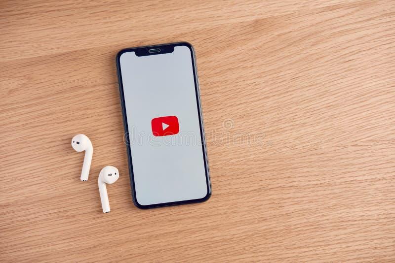 Bangkok, Tailandia - 24 de octubre de 2019 : la pantalla de YouTube en el Apple IPhone en la mesa, YouTube es el popular video co imagenes de archivo