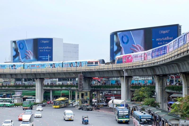 Bangkok, Tailandia - 8 de septiembre de 2018: Impulsión del skytrain de dos BTS o de Bangkok a través del monumento de la victori foto de archivo libre de regalías