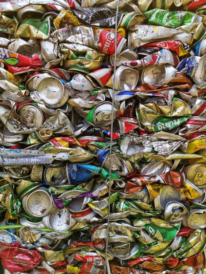 Bangkok, Tailandia - 20 de septiembre de 2018: la pila de latas de bebida de aluminio viejas se prepara para recicla imagen de archivo