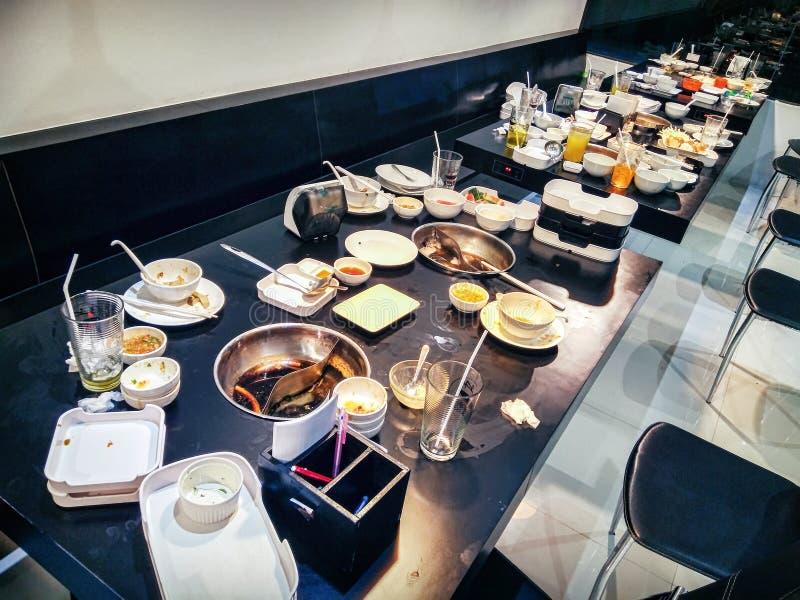 BANGKOK, TAILANDIA - 9 DE SEPTIEMBRE: Tablas sucias de la licencia de los clientes en la tienda de Bangkhae del restaurante de la fotografía de archivo