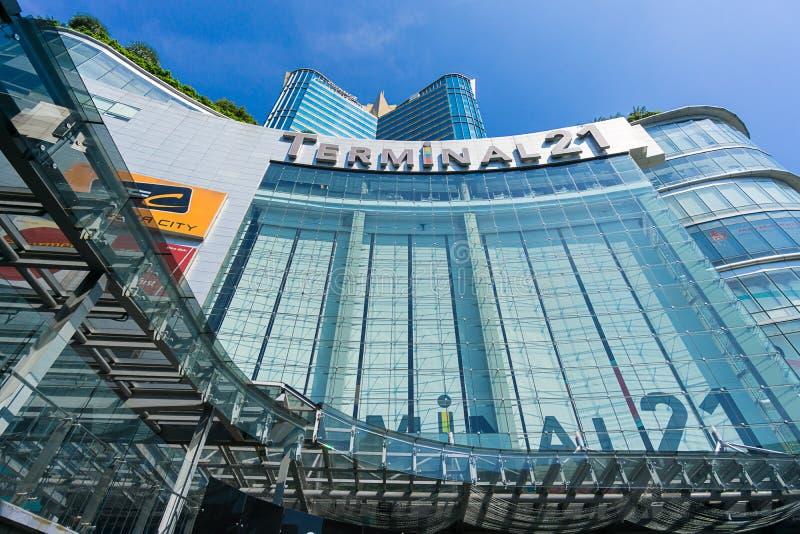 Bangkok, Tailandia - 7 dicembre 2015: La vista da sotto del terminale 21 (centro commerciale famoso all'intersezione di BTS Asoke fotografie stock libere da diritti