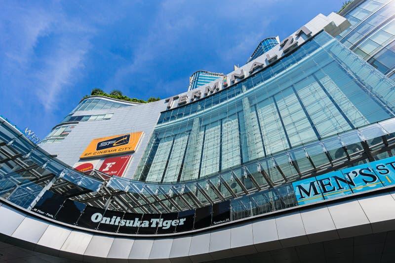 Bangkok, Tailandia - 7 dicembre 2015: La vista da sotto del terminale 21 (centro commerciale famoso a BTS Asoke e a MTR Sukhumvit fotografie stock libere da diritti