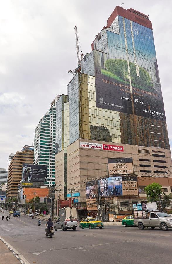 BANGKOK, TAILANDIA - 5 dicembre: Traffico all'intersezione di Asoke nel corso della mattinata fotografie stock libere da diritti