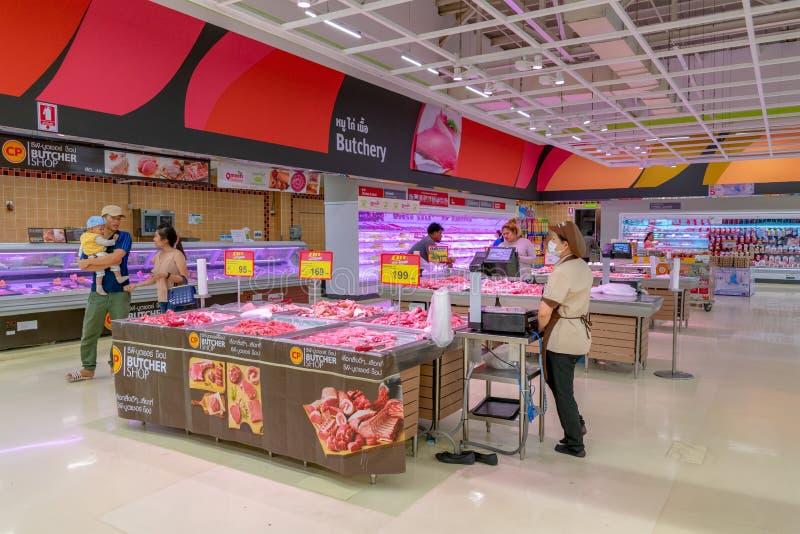 BANGKOK, TAILANDIA - 18 DICEMBRE: Vendite al dettaglio della carne fresca alla macelleria dell'ipermercato di Petchkasem del supp fotografia stock libera da diritti