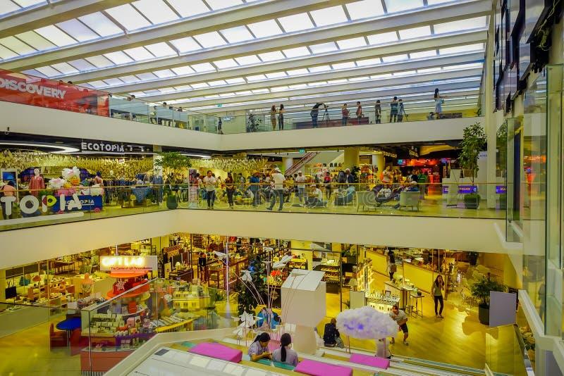 BANGKOK, TAILANDIA, EL 2 DE FEBRERO DE 2018: Sobre la opinión gente no identificada dentro de la alameda de compras de Siam Parag imágenes de archivo libres de regalías