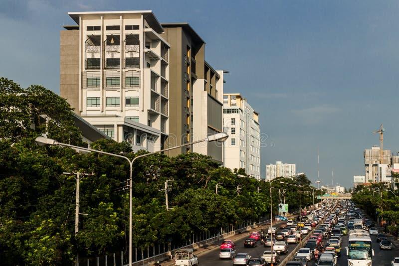 Bangkok Tailandia el 4 de julio de 2014 NgamWongWan Rd universidad de Kasetsart de la congestión de tráfico foto de archivo libre de regalías