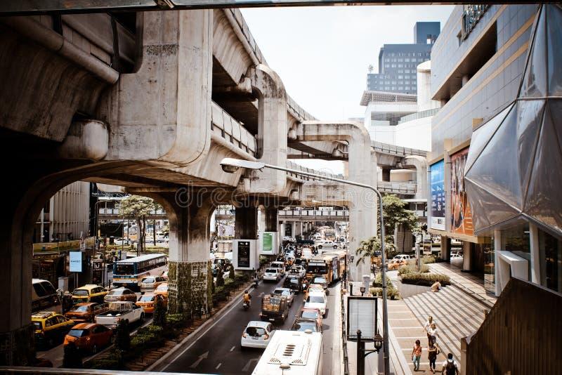 BANGKOK, TAILANDIA, el 28 de marzo de 2013 tren de cielo adentro foto de archivo