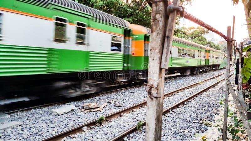 BANGKOK, TAILANDIA - 15 FEBBRAIO 2018: I treni tailandesi tradizionali stanno navigando dopo il centro urbano nel pomeriggio fotografie stock libere da diritti