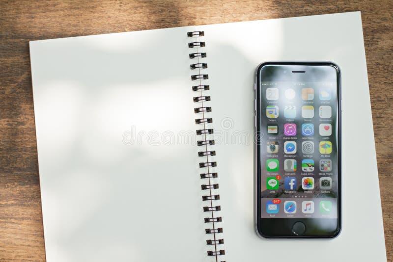 BANGKOK, TAILANDIA - 22 FEBBRAIO 2016: Nuovi il appication di visualizzazione di iPhone 6 ha messo sopra il blocco note il iPhone fotografia stock libera da diritti
