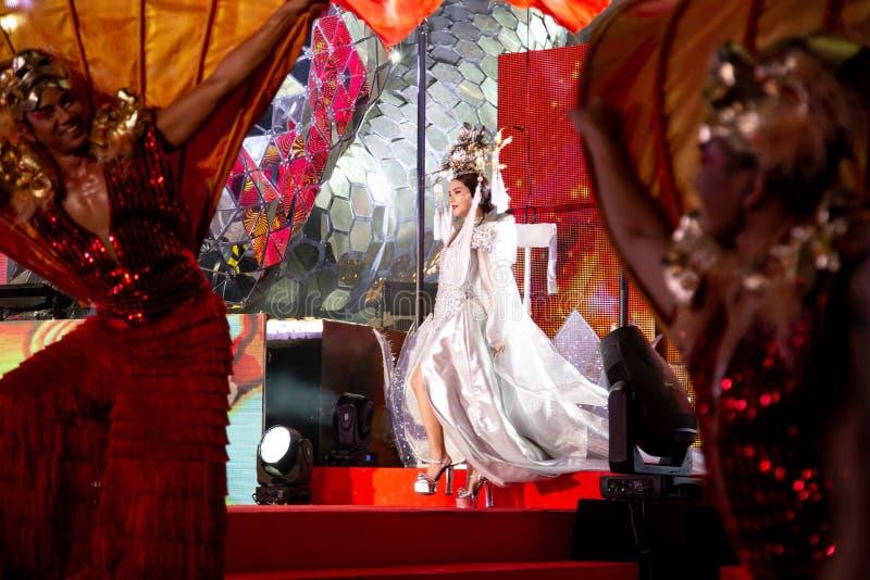 BANGKOK, TAILANDIA - FEBRERO DE 2018: Demostración china de la celebración del Año Nuevo en el centro comercial de EmQuartier y d foto de archivo