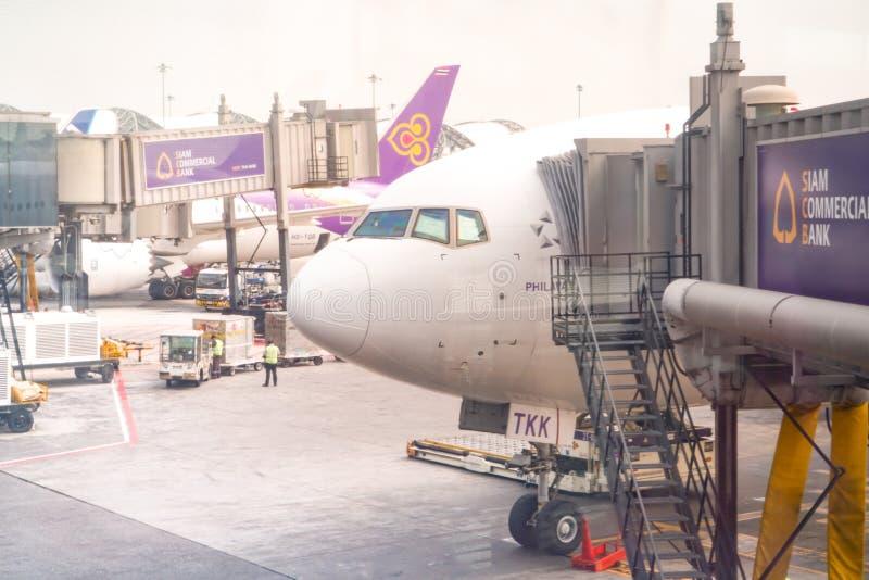 BANGKOK, TAILANDIA - FEBRERO DE 2018: el avión de Thai Airways está cargando el equipaje del pasajero y lo alista para volar en e fotos de archivo libres de regalías