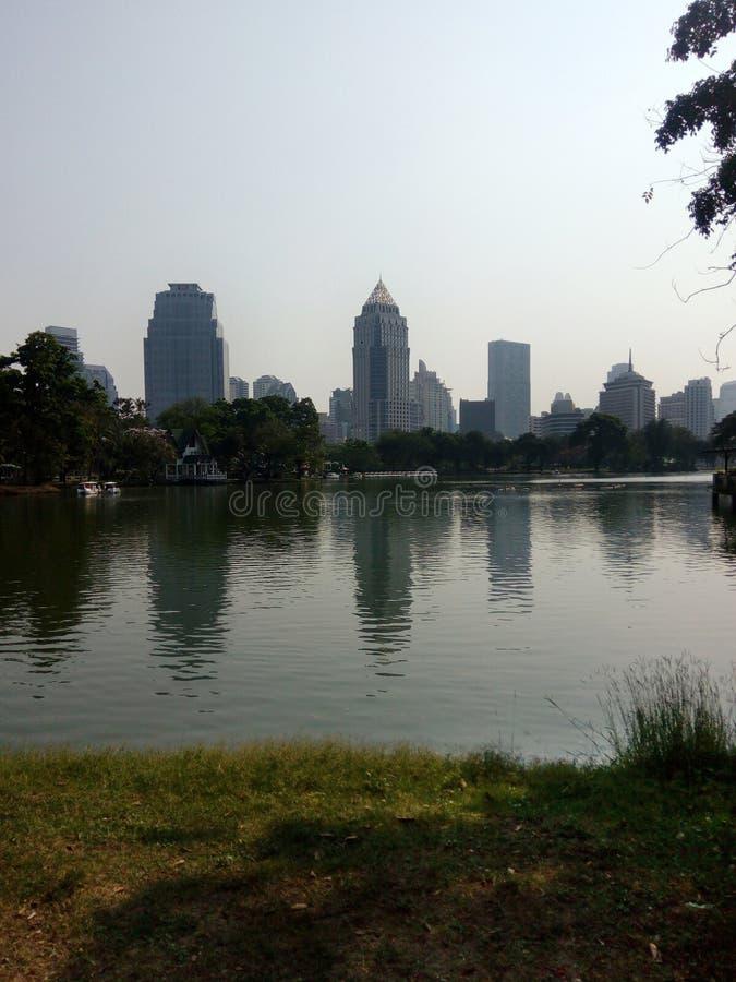 Bangkok Tailandia - 12 02 2017 Ftom moderno de la opinión de la ciudad el parque con un lago fotografía de archivo