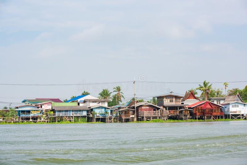 Bangkok, Tailandia - 20 gennaio 2016: Camera lungo Chao Phra Ya River a Bangkok, Tailandia Una visita a Bangkok non sarebbe compl fotografia stock libera da diritti