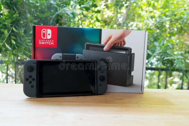 Bangkok, Tailandia - 10 giugno 2019: Commutatore di Nintendo, la console del video gioco per gioco domestico o portatile immagine stock