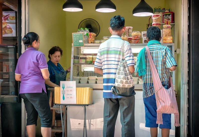 BANGKOK, TAILANDIA - 2 GIUGNO: I clienti sconosciuti comprano il pranzo da un venditore di alimento non specificato nell'ospedale immagine stock libera da diritti