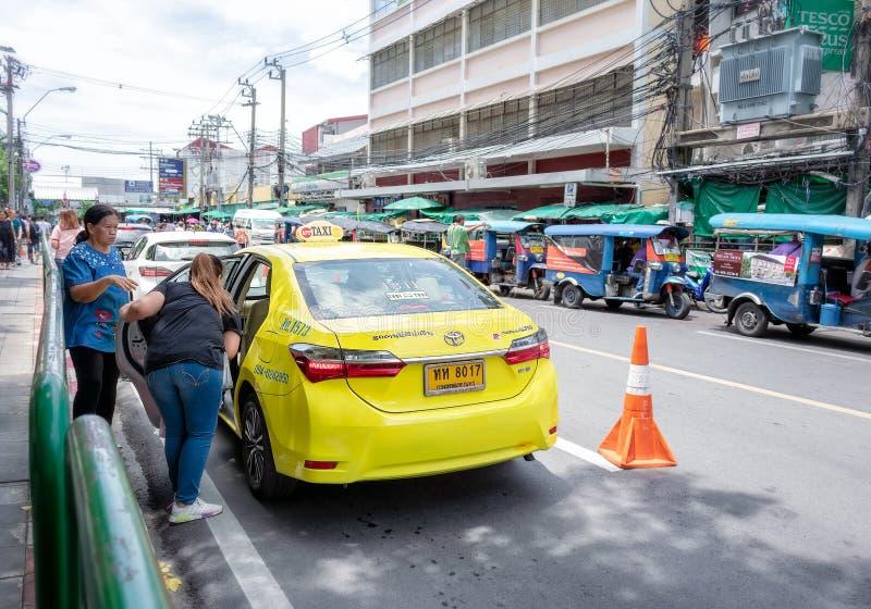 BANGKOK, TAILANDIA - 23 GIUGNO: I passeggeri non specificati chiede ad autista se potessero ottenere sul taxi sulla strada di Wan immagini stock libere da diritti
