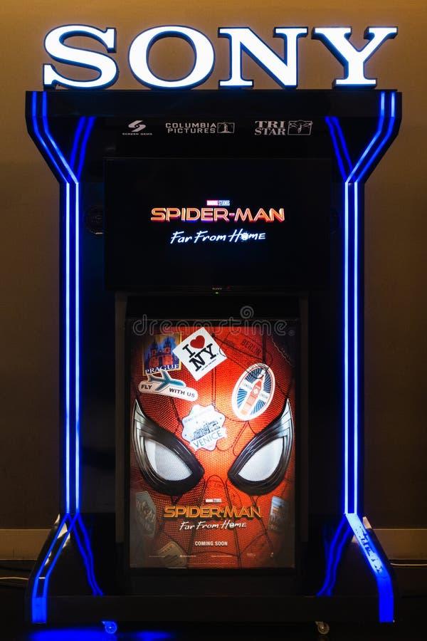 Bangkok, Tailandia - 24 giugno 2019: Spider-Man: Lontano dal rimorchio domestico di film di rappresentazione dell'esposizione del fotografia stock
