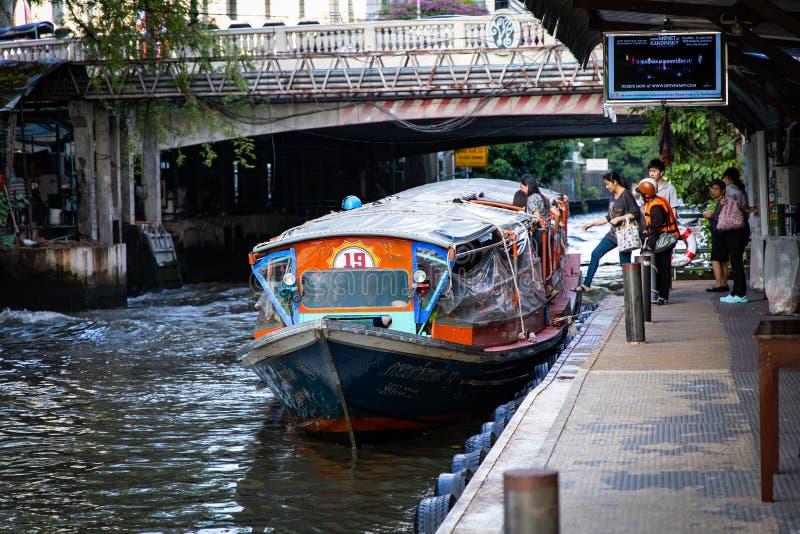 BANGKOK, TAILANDIA - 14 giugno 2019: Trasporto dell'acqua in barca di velocità a Bangkok, Tailandia immagine stock libera da diritti