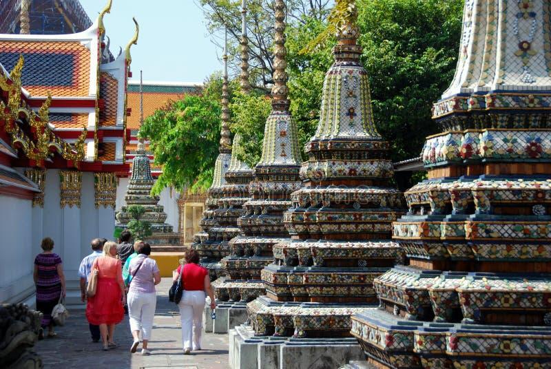Bangkok, Tailandia: Gruppo di giro a Wat Pho immagine stock