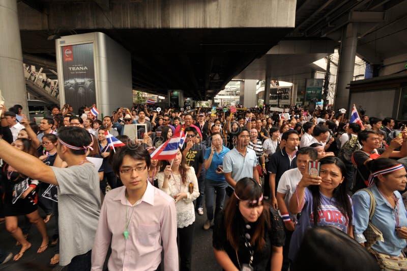 Bangkok/Tailandia - 11 07 2013: I dimostranti stanno marciando su Sukhumvit immagine stock libera da diritti