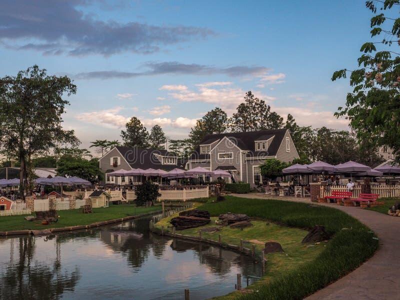 BANGKOK, TAILANDIA, IL 19 APRILE 2017: Divieto Nam Kieng Din Restaurant BANGKOK TAILANDIA, IL 19 APRILE: ristorante ed acqua all' fotografia stock libera da diritti