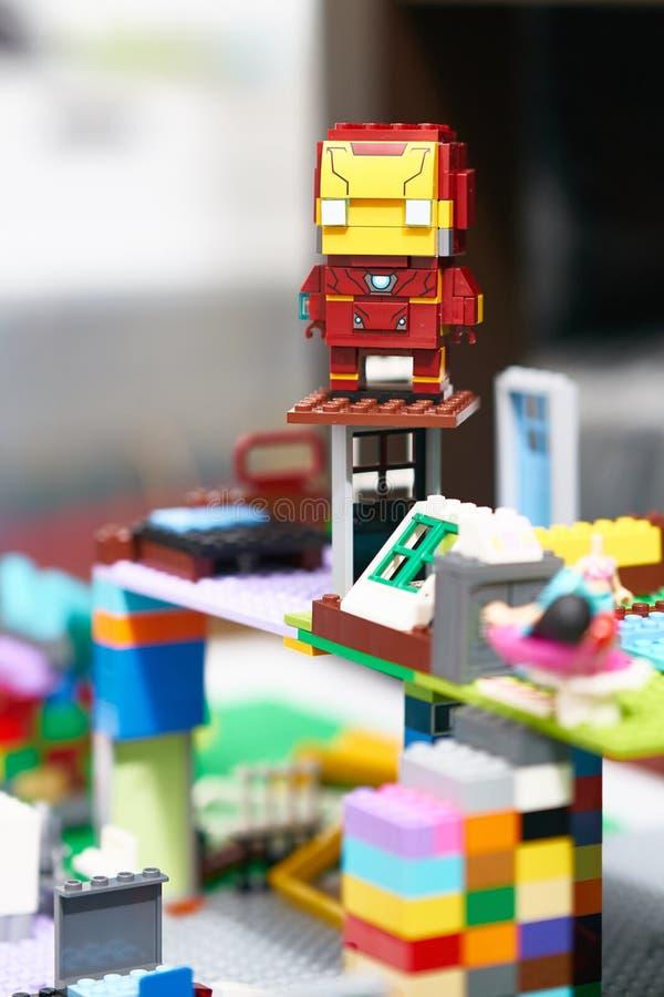 Bangkok, Tailandia, il 19 maggio 2018, Lego Ironman in assemblea completa nel fondo della sfuocatura fotografia stock libera da diritti