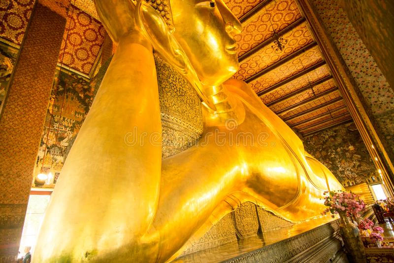 Bangkok, Tailandia, il 22 novembre 2018: Statua adagiantesi dell'oro di Buddha Themple di Wat Pho, Bangkok, Tailandia immagine stock libera da diritti