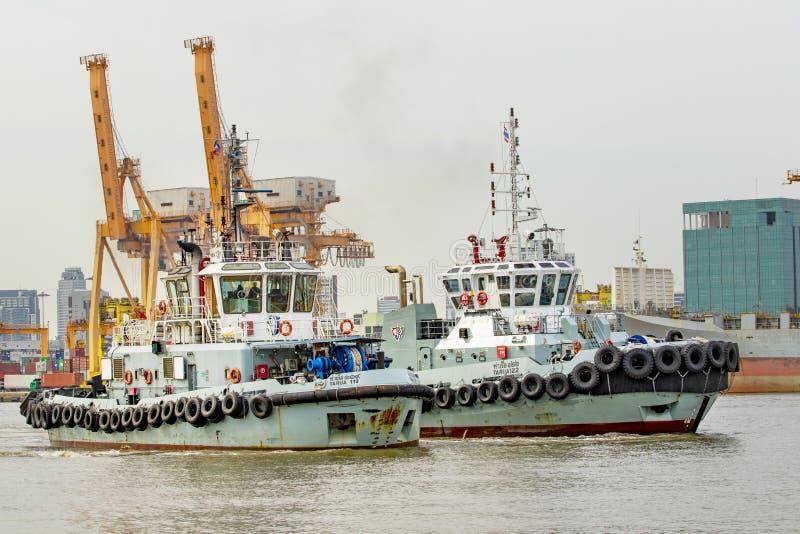 Bangkok Tailandia - july14,2015: avvicinamento della barca del rimorchiatore in servizio dentro fotografia stock