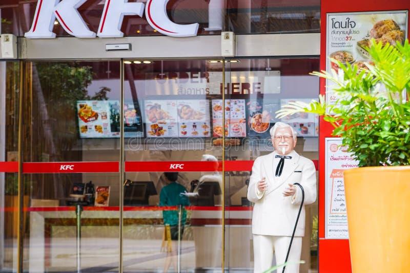 BANGKOK, TAILANDIA junio 20,2017: Estatua de coronel Harland Sanders que se coloca delante de restaurante del pollo frito de Kent imagenes de archivo