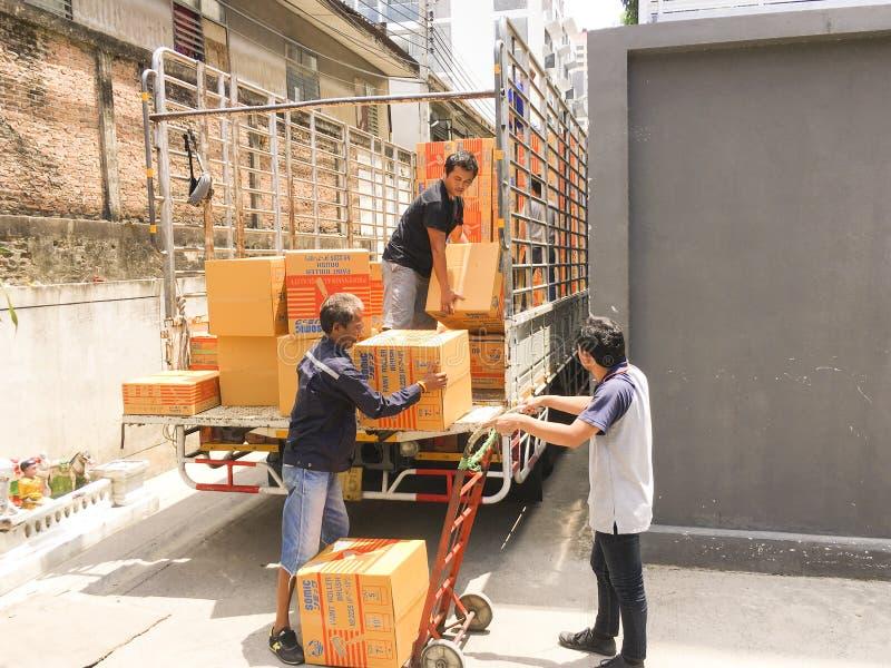 Bangkok, Tailandia-junio 21,2019: Trabajadores que transportan mercancías de fotos de archivo libres de regalías