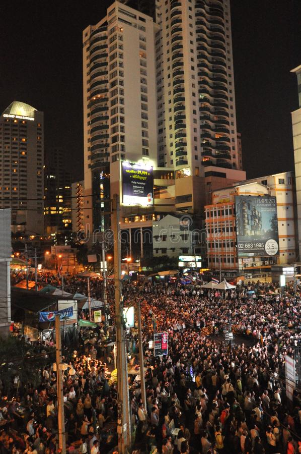 Bangkok/Tailandia - 01 14 2014: Le camice gialle bloccano ed occupano Asok come componente dell'operazione del ` di Bangkok di ar fotografia stock libera da diritti