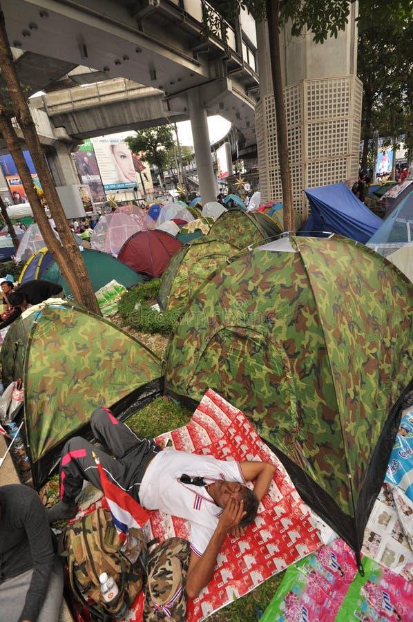 Bangkok/Tailandia - 01 14 2014: Le camice gialle bloccano ed occupano l'incrocio pallido di Pathum come componente dell'operazion immagini stock