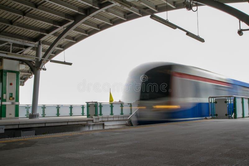 Bangkok, Tailandia-luglio 25,2015: Il treno di Bts passa molti velocemente alla stazione di bts, movimento del treno di moto fotografia stock libera da diritti