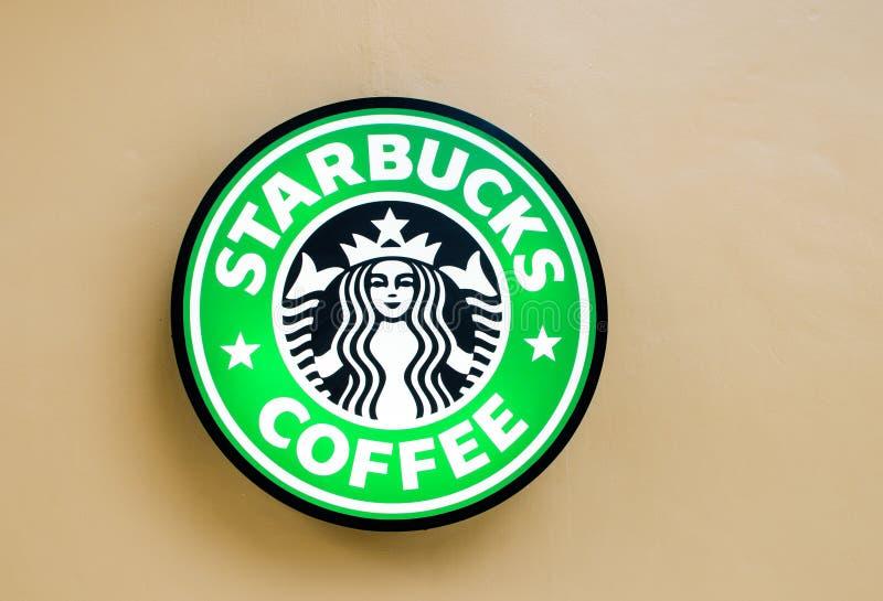 Bangkok, Tailandia 11 luglio: Logo di Starbuck alla parete l'11 luglio 2014 al cerchio Rajapruek, Bangkok, Tailandia immagini stock