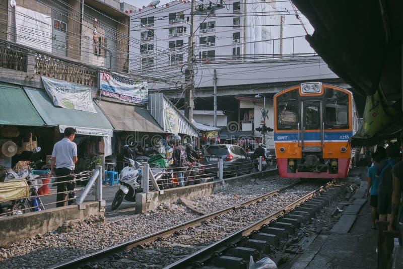 Bangkok/Tailandia - 9 maggio 2019: Gente tailandese o turista Unacquainted in Talat Phlu Train Station Market Talat Phlu Market è immagine stock