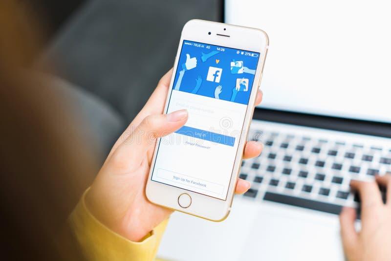 BANGKOK, TAILANDIA - 30 maggio 2017: Icone di Facebook dello schermo di connessione su Apple IPhone più grande e sito della rete  immagini stock libere da diritti