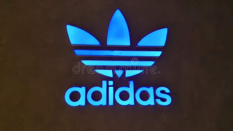 BANGKOK, TAILANDIA - 4 MAGGIO 2019: Logo di Adidas davanti al deposito ufficiale che ha individuato sul centro commerciale di Ico fotografia stock libera da diritti