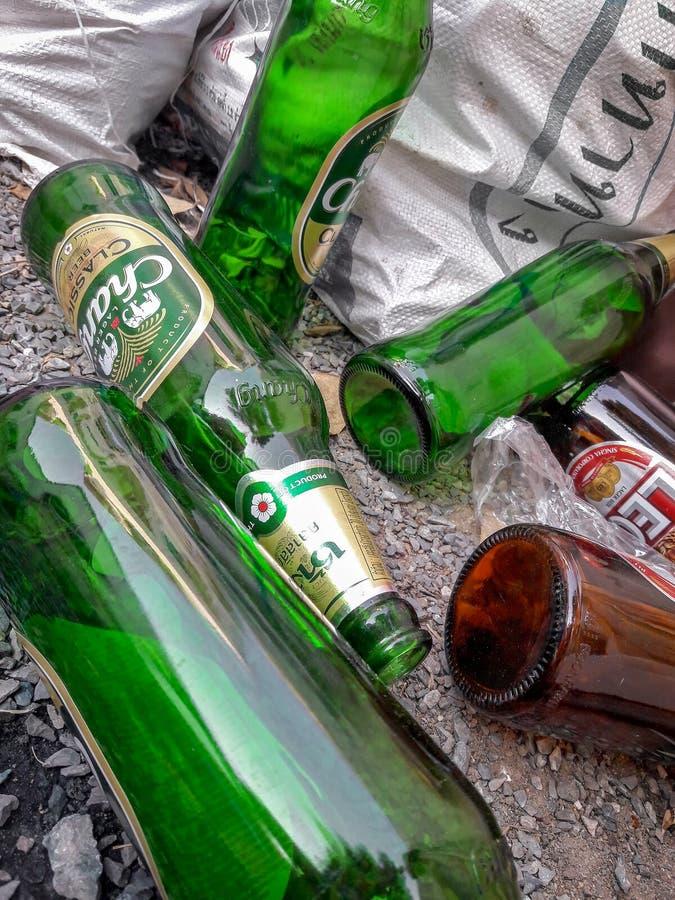 BANGKOK, TAILANDIA - 24 MARZO: Bottiglie di vetro vuote della birra di Leo e di Chang raccolta per il riciclaggio nel villaggio d immagini stock