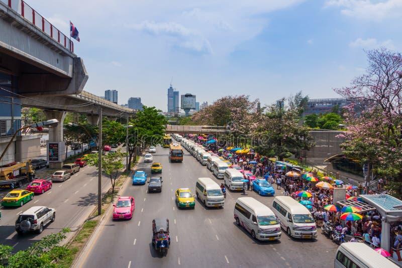 Bangkok, Tailandia, marzo de 2013 mercado callejero del aire abierto cerca de BTS Skytrain imagenes de archivo