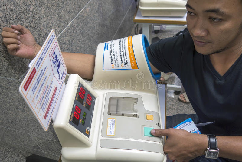 BANGKOK, TAILANDIA - 10 marzo: la Tailandia, uomini tailandesi che usando sphygmomano fotografie stock