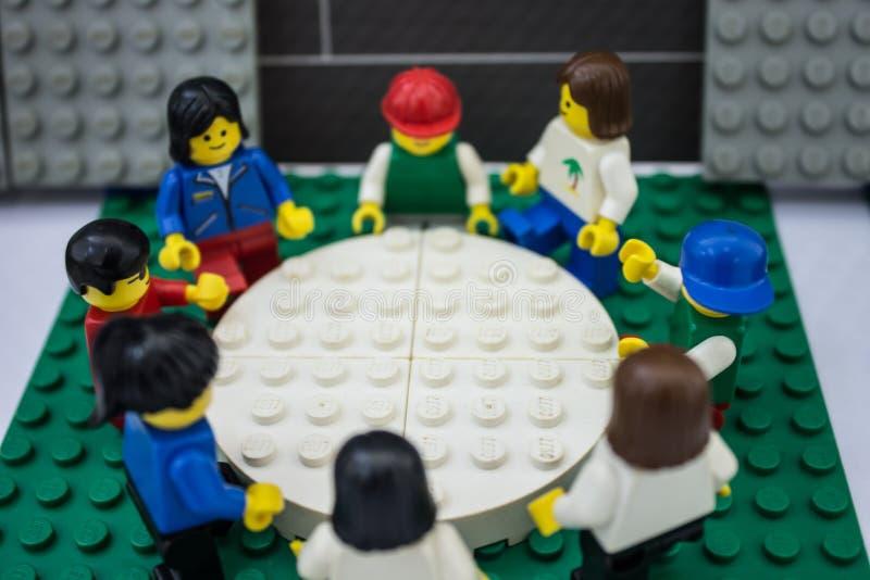 Bangkok, Tailandia - 7 marzo 2016: Riunione d'affari dei giocattoli della gente di Lego all'ufficio lavoro di squadra, progettant fotografia stock libera da diritti