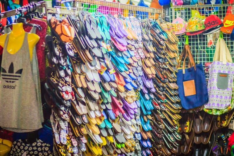 Bangkok, Tailandia - 2 marzo 2017: Sandali variopinti di Flip-flop i fotografia stock