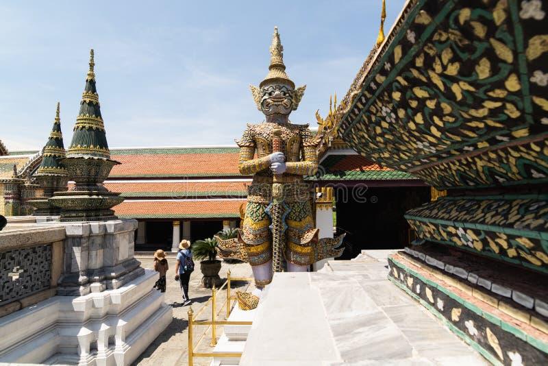BANGKOK, TAILANDIA - MARZO 2019: turisti che camminano davanti al tempio di Emerald Buddha nel grande complesso del palazzo fotografia stock libera da diritti