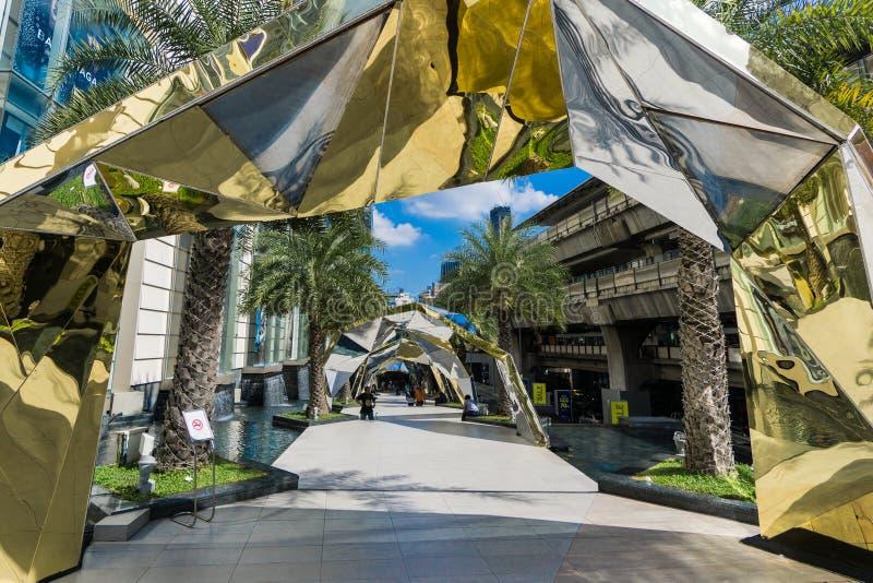Bangkok, Tailandia - 29 novembre 2015: Il paesaggio di Siam Paragon (centro commerciale di lusso al centro di Bangkok) decorato p fotografia stock libera da diritti