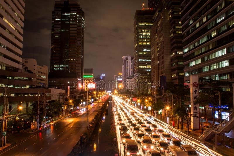 Bangkok, Tailandia 21 novembre: L'esposizione lunga leggera dell'automobile sulla strada con ingorgo stradale alla notte, novembr fotografie stock