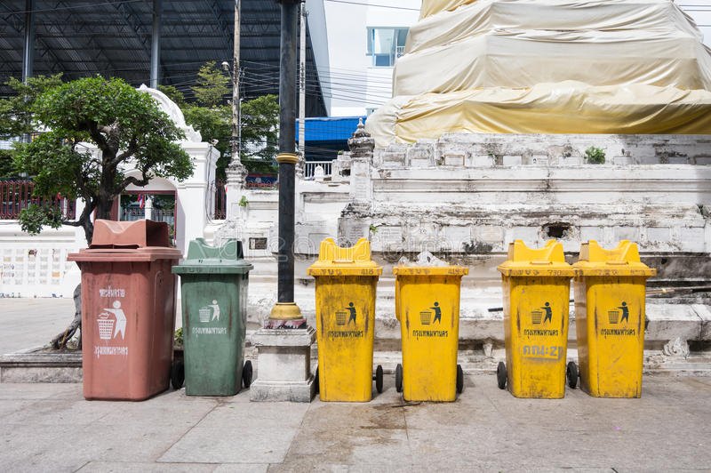 Bangkok, Tailandia - 13 novembre 2016: Variopinto ricicli i recipienti a Wat Rakhang Khositaram Woramahawiharn, tempio in Tailand fotografia stock