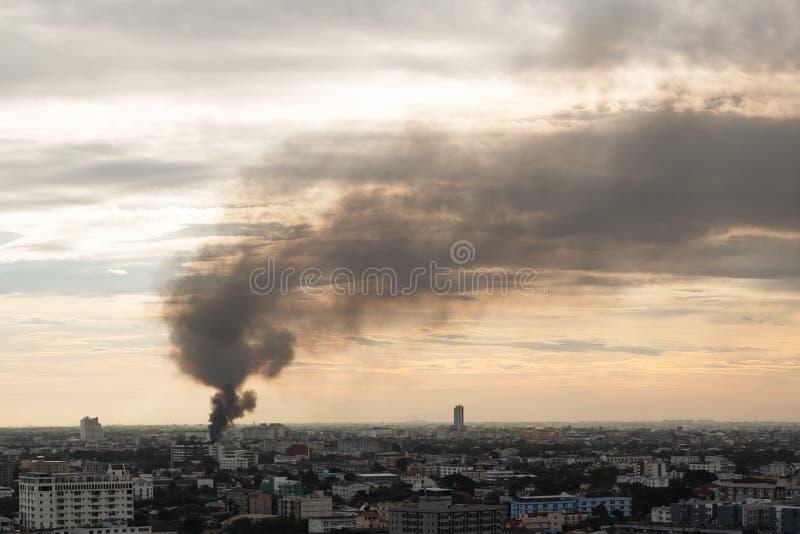 Bangkok, Tailandia - 23 novembre 2017: Vista sulla città e sul grande fuoco fotografia stock