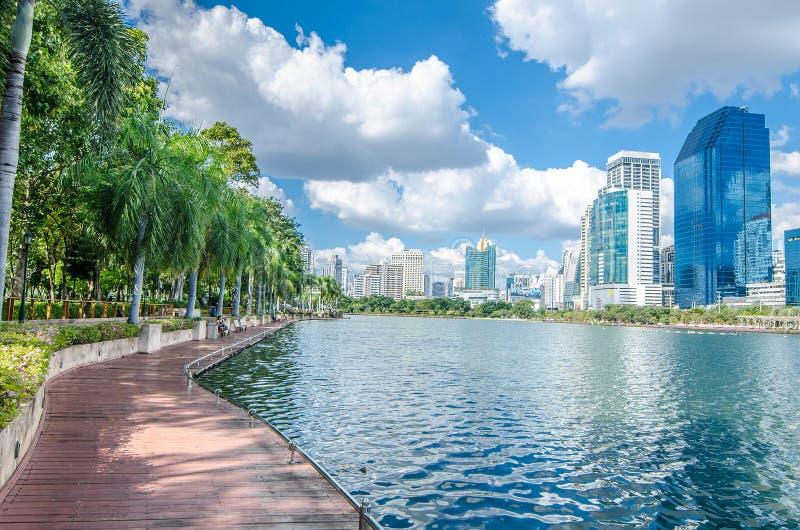 BANGKOK TAILANDIA - noviembre, 12 2016: Opinión del paisaje urbano del buildin foto de archivo